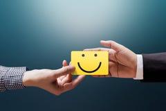 Concept d'expérience de client, femme heureuse de client donnant un Feedbac photos stock