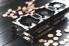 Concept d'exploitation de Cryptocurrency avec des bitcoins sur un videocard d'ordinateur photo stock