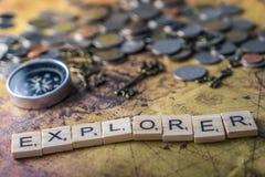 Concept d'explorateur de vintage sur la carte du monde avec la boussole et les pièces de monnaie Image libre de droits