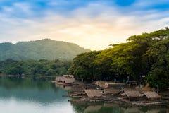 Concept d'extérieur de vacances, radeaux flottant à l'arrière-plan de rivière, de mer et de ciel photographie stock libre de droits