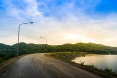 Concept d'extérieur de vacances, route au fond de montagnes, de mer et de ciel image stock