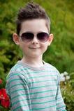 Concept d'Eyewear Bébé garçon élégant avec les cheveux foncés dans le sungl à la mode Photographie stock