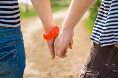 Concept d'histoire d'amour - mains image stock