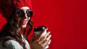 Concept d'hiver, de personnes, de bonheur, de boissons et d'aliments de préparation rapide - femme dans le chapeau avec la tasse  photo stock