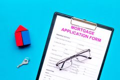 Concept d'hypothèque La forme de demande de prêt hypothécaire d'hypothèque près de la clé et de la maison a fait du constructeur  photos stock