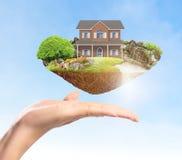 Concept d'hypothèque par la maison d'argent photographie stock libre de droits
