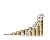 Concept d'hypothèque par la maison d'argent des pièces de monnaie images stock