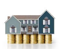 Concept d'hypothèque par la maison d'argent des pièces de monnaie Photographie stock