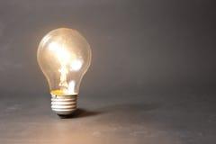 Concept d'idée lumineuse avec l'ampoule Image libre de droits