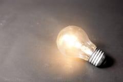 Concept d'idée lumineuse avec la série d'ampoules photo stock