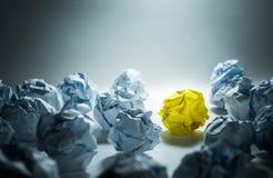 Concept d'idées avec la boule de papier chiffonnée par jaune photographie stock
