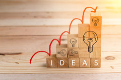 Concept d'idées de construction avec le bloc en bois de cubes jpg Photos libres de droits
