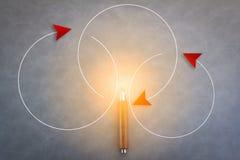 Concept d'idées de créativité avec la mouche rouge de flèche au-dessus du crayon sur le gris Photo libre de droits