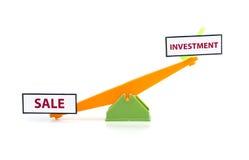 Concept d'image de vente de mot de déséquilibre en bas et d'investissement sur le dessus bascule verte et orange de jouet de coul photo stock