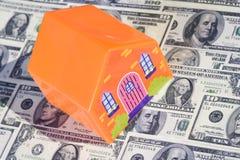 Concept d'immeubles avec des billets d'un dollar Photos stock