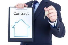 Concept d'immobiliers - contrat de clé et de loyer ou de vente dans la main masculine image libre de droits