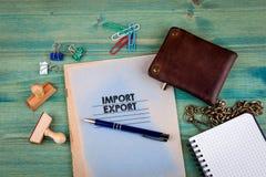 Concept d'importations-exportations Carnet sur un fond vert clair Accessoires de papeterie de bureau Images stock