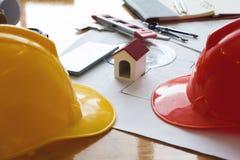 Concept d'ingénieur et d'architecte, ingénieur Architects et vraie équipe de bureau d'agent immobilier travaillant avec des modèl photos stock