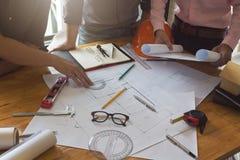 Concept d'ingénieur et d'architecte, ingénieur Architects et vraie équipe de bureau d'agent immobilier travaillant avec des modèl images stock