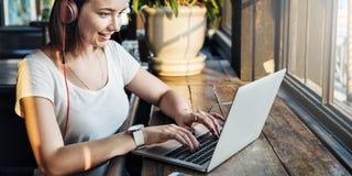 Concept d'Internet de dispositif de Digital de connexion de femmes de femme image stock
