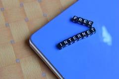 Concept d'Internet Free sur les cubes en bois avec des livres à l'arrière-plan image stock