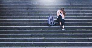 Concept d'intimidation, de discrimination ou d'effort Pleurer triste d'adolescent photos stock