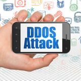 Concept d'intimité : Main tenant Smartphone avec l'attaque de DDOS sur l'affichage Images libres de droits