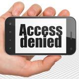Concept d'intimité : Remettez tenir Smartphone avec Access a nié sur l'affichage Images stock