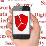Concept d'intimité : Remettez tenir Smartphone avec le bouclier cassé sur l'affichage Image libre de droits