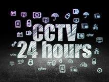 Concept d'intimité : Télévision en circuit fermé 24 heures dans la chambre noire grunge Image libre de droits