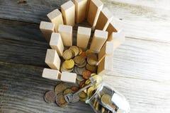 Concept d'investissement dans la rénovation à la maison avec des pièces de monnaie de l'épargne à l'intérieur de la maison en boi image stock