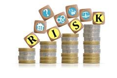 Concept d'investissement de risque avec des piliers de pièces de monnaie Image libre de droits