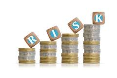 Concept d'investissement de risque avec des piliers de pièces de monnaie Photographie stock libre de droits