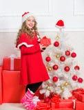 Concept d'an neuf heureux Déballage du cadeau de Noël Tradition de vacances d'hiver La fille célèbrent le boîte-cadeau ouvert de  images stock