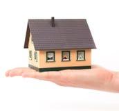 Concept d'objet immobilier - maison de fixation de main Photo stock