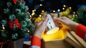 Concept d'obtenir le cadeau de Noël d'ouverture image libre de droits