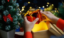 Concept d'obtenir le cadeau rouge s'ouvrant de Noël image stock