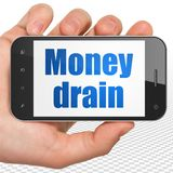 Concept d'opérations bancaires : Main tenant Smartphone avec le drain d'argent sur l'affichage Photo libre de droits