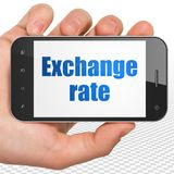 Concept d'opérations bancaires : Remettez tenir Smartphone avec le taux de change sur l'affichage Photo stock