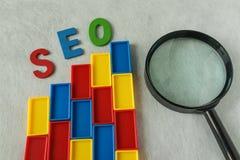 Concept d'optimisation de moteur de recherche en tant que blocs colorés de plastique As Photos stock