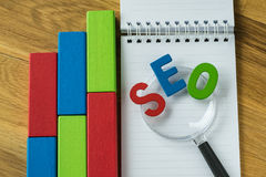 Concept d'optimisation de moteur de SEO Search en tant qu'abbr coloré d'alphabet Images stock