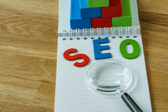 Concept d'optimisation de moteur de SEO Search en tant qu'abbr coloré d'alphabet Image stock
