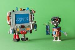 Concept d'ordinateur de mise à jour Robot de technicien de bricoleur avec le circuit à disposition et le caractère robotique de m Images stock