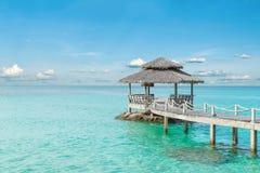 Concept d'été, de voyage, de vacances et de vacances - pilier en bois dans le pH Photos stock