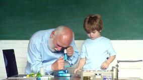 Concept d'un âge de retraite Portrait de vieux professeur masculin sûr Jour de professeurs du monde Petit-fils mignon heureux et banque de vidéos