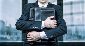 Concept d'un homme d'affaires soumis à une contrainte sous pression Crainte de la perte de travail photos stock