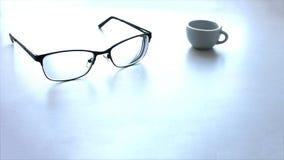Concept d'une pause-café Une tasse de café noir, verres en verre sur un fond de table, avec l'espace de copie photo stock