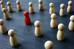Concept d'unicité et de differentness Soyez unique Figures en bois image libre de droits