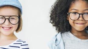Concept d'unité de bonheur d'amusement d'amitié de petites filles rétro Image stock