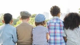 Concept d'unité de bonheur espiègle d'enfants d'amusement d'enfants rétro Images libres de droits